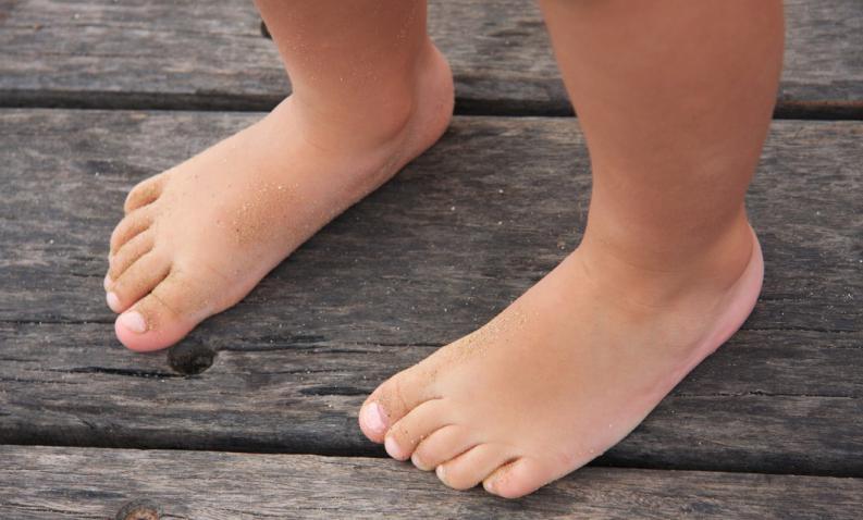 como-saber-si-un-nino-tiene-pies-planos-1.jpg